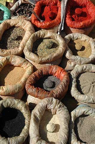 Specerijen in een Indiase marktuitstalling. © Wikimedia - Mark Shandro