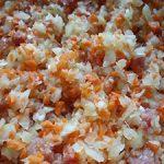 Gehakte groenten en ham, de basis voor de Bolognesesaus