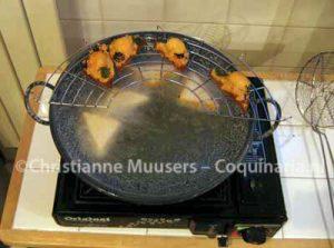 De garnalentoast wordt gefrituurd in een wok