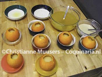 Het vullen van de uitgeholde sinaasappels