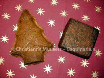 De kerstcakes na het bakken, meteen nadat uit ze uit de bakvormen komen. Links de lichte, rechts de donkere cake.