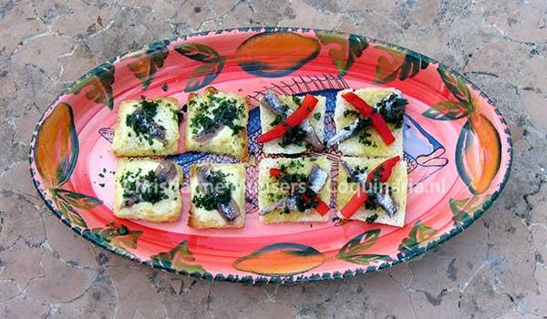 Twee versies van Spaanse knoflooktoast