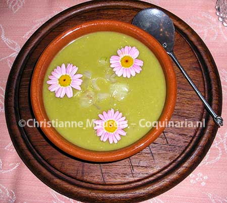 Medieval pea soup (the flowers are not in the original recipe)