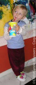Mijn jongste nichtje geniet van een milkshake