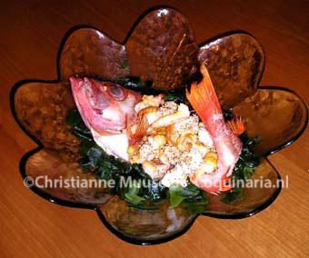 De schatkistvis op een bedje van wakame