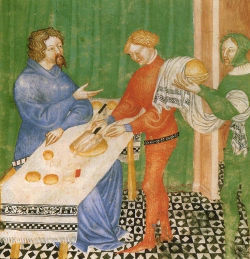 De geroosterde kip wordt aan tafel voorgesneden