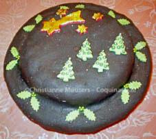 Ronde kerstcake met zwarte glazuur