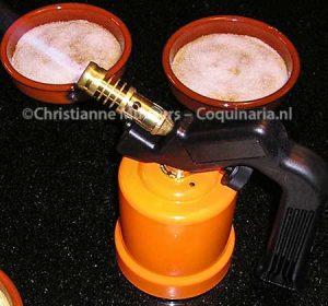 De gasbrander waarmee de crème wordt gebrand. Geen keukengadget, maar een brander van de bouwmarkt