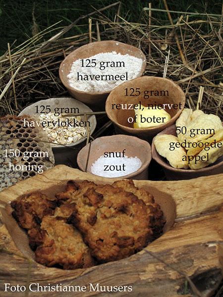 125 gram elk van havermeel, havervlokken en boter; 150 gram honing; 50 gram gedroogde appeltjes; snuf zout