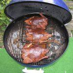 Hele kip roosteren en roken in de ketelbarbecue