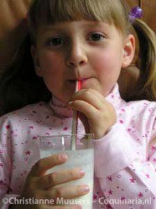Mijn oudste nichtje geniet van een milkshake