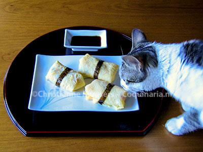 Sushirijst, verpakt in dunne japanse omelet
