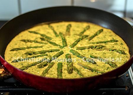 Patina met groene asperges bereid als omelet