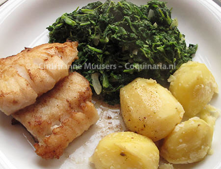 Spinazie à la crême met gebakken kabeljauw en gekookte aardappeltjes