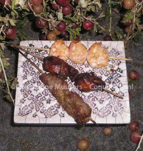 Sateh van varkensvlees, kipfilets en garnalen