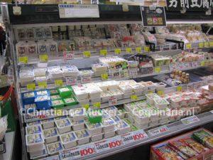 Het aanbod aan tofu in een buurtsuper in Nagasaki, Japan