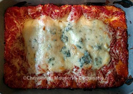 De foto is van de vegetarische variant, maar de bovenkant ziet er voor lasagne bolognese hetzelfde uit (maar dan zonder de gorgonzola)
