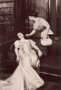 Een Victoriaanse flauwgevallen dame wordt bij kennis gebracht met vlugzout