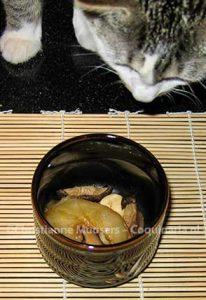 Kat Clio bekijkt de vulling van de chawan mushi voordat het eimengsel erbij gaat