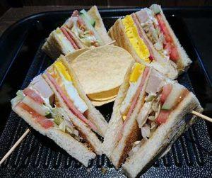 Zo eet je chips in de VS - Clubsandwich met chips (niet gezond)