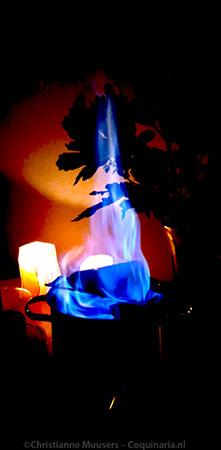 De Feuerzangenbowle in de maak. Lichten uit om optimaal te genieten!