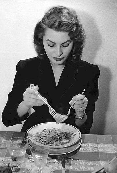 Sophia Loren eet spaghetti in 1955 (bron: wikipedia)