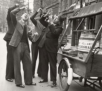 Eating herring in Rotterdam, 1937 (source Nationaal Archief / Spaarnestad Photo, SFA005002392)