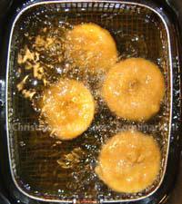 Appelbeignets in de frituur