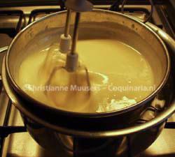 Au-bain-marie binden van een saus in twee gewone kookpannen