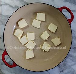 De boter gaat eerst in de pan, om in de oven te smelten