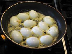 De gevulde eieren worden in boter gebakken