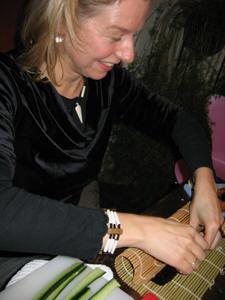 Ensmbleleidster Astrid Vroegindeweij maakt een sushirol