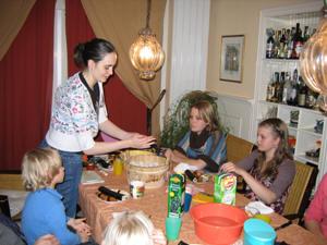 Eva laat zien hoe je kakomi-zushi maakt