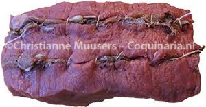 De kalfsfricandeau voor de vitello tonnato, voor het pocheren