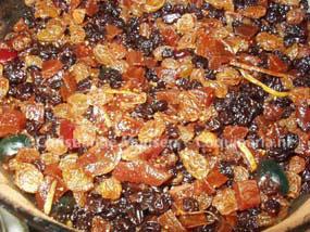 De vruchtjes voor de donkere kerstcake in de marinade.