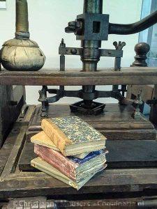 Kookboeken uit de 18de eeuw op een drukpers in de Leeszaal Bijzondere Collecties
