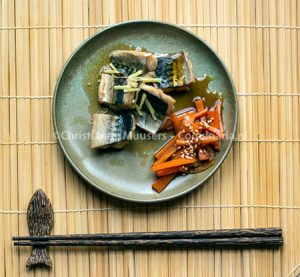 In sake gestoofde makreel
