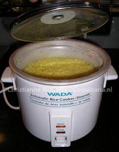 Rijstkoker met gele rijst