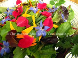Close up van de salade, met de kleurige bloembaadjes als blikvangers