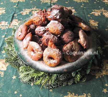 Zo gepiept! een schaal vol appelbeignets en oliebollen